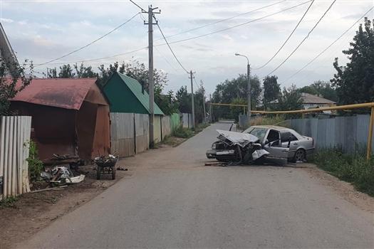 Подросток из Самары врезался в гараж на Mercedes