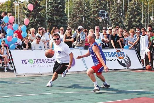 Дмитрий Азаров (с мячом) привел свою команду к победе над ветеранами «Строителя»
