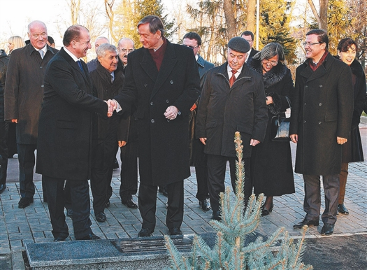 Теперь в Загородном парке есть Аллея дружбы и международного сотрудничества, которую заложили Владимир Артяков и Данило Тюрк.