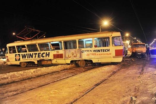Грузовик врезался в первый вагон, который сошел с рельсов и перегородил попутное движение