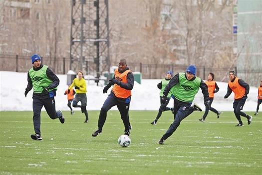 В двухсторонке «оранжевые» с Эскобаром (с мячом) оказались сильнее «зеленых»