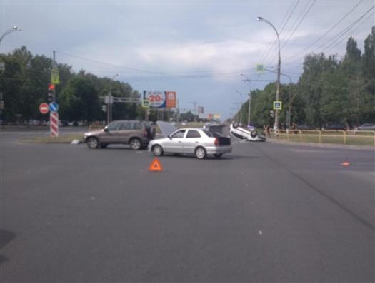 В Тольятти водитель Lada Granta врезался в Hyundai и опрокинул свою машину