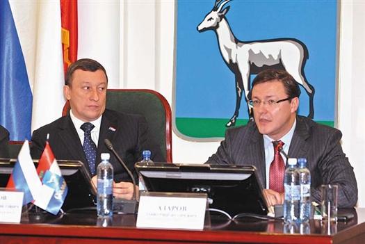 Дмитрий Азаров (справа) уверен, что администрация города сможет выполнить ожидания депутатов гордумы