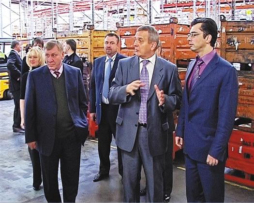 Владимир Гутенев (справа) остался доволен увиденным в цехе СКК