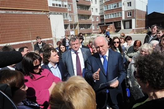 В среду, 17 апреля, проходит рабочий визит губернатора Николая Меркушкина в Сызрань. Глава региона посетил Сызранское вертолетное училище, среднюю школу №30, детскую поликлинику №2, пообщался с жителями одного из городских дворов