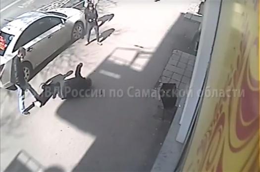 В Самаре водитель нанес серьезные травмы мужчине, сделавшему ему замечание за парковку на тротуаре