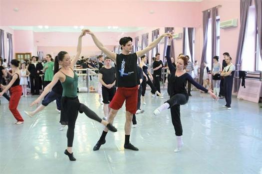 Репетиция «Анюты» пока проходит в балетном классе. Когда приедет Васильев, артисты переместятся на сцену театра