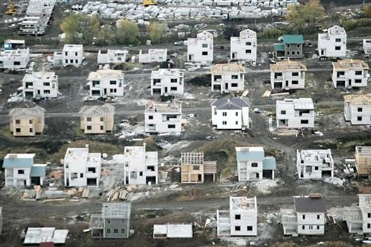 """Коттеджный поселок """"Дубрава"""" представлял собой около 50 частично застекленных коробок"""