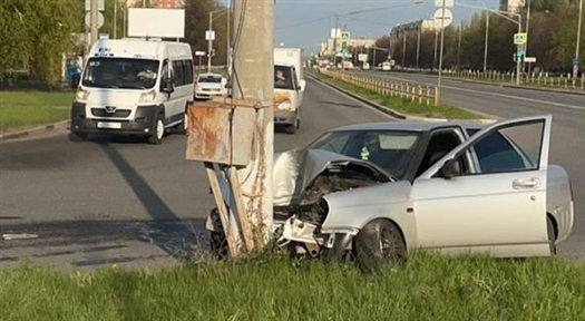 В Тольятти нетрезвый мужчина протаранил на Lada Priora бордюр и врезался в световую опору