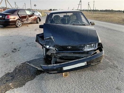 Три автомобиля столкнулись в селе в Самарской области