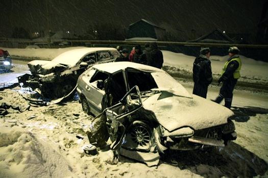 """Пассажир """"четырнадцатой"""", находившийся на переднем сидении, скончался на месте аварии, водителя и второго пассажира вазовской легковушки госпитализировали в тяжелом состоянии"""