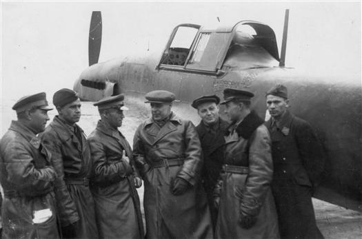 А.Т.Третьяков (в центре) с летчиками, прибывшими с фронта. 1942 год