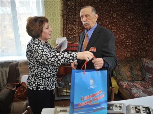 Ветераны Великой Отечественной войны получили праздничные подарки от губернатора