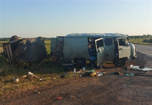 УАЗ с прицепом опрокинулся на обочину в Самарской области
