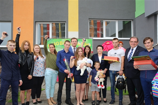 Дмитрий Азаров вручил ключи от новых квартир тольяттинским детям-сиротам