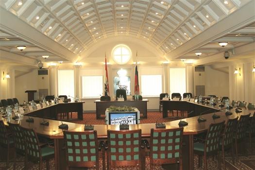 В пятницу опустевшие кресла в муниципальном парламенте будут заполнены.