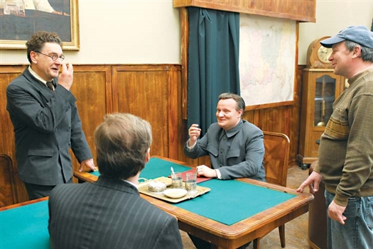 Маковецкий, Симонов, Каморзин и Урсуляк (слева направо) обсуждают очередную сцену в «кабинете Маленкова