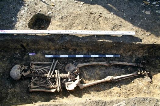 Останки людей, найденные на погосте, ученые датируют XIV в.