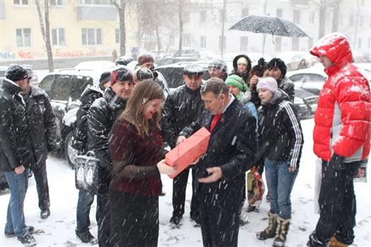 Перед зданием Самарской губернской думы с десяток человек пытались провести пикет против московского времени.