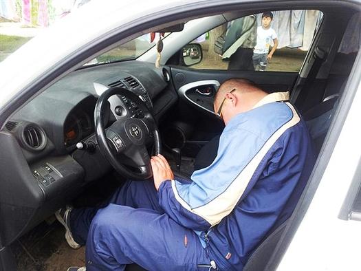 Нетрезвого водителя, заснувшего за рулем и перекрывшего движение по ул. Ташкентской, привлекут к ответственности