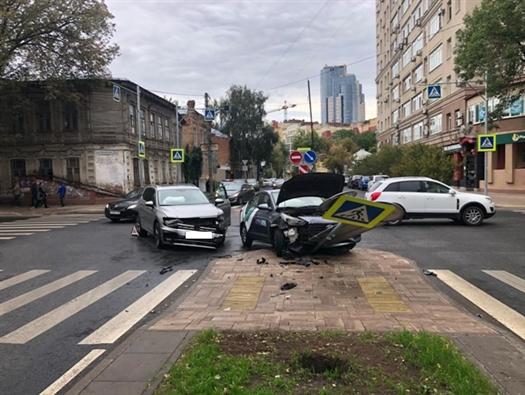 В центре Самары столкнулись Hyundai и Volkswagen