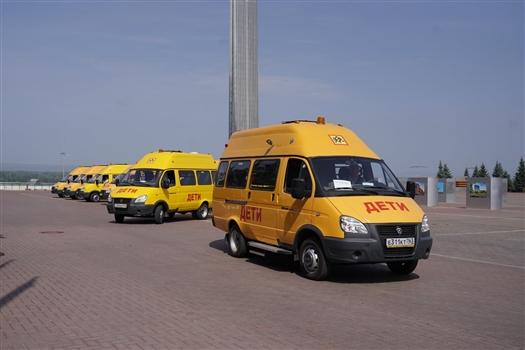 Дмитрий Азаров вручил ключи от новых автобусов для сельских школ