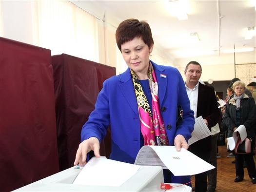 Галина Андриянова проголосовала на избирательном участке в здании школы №42