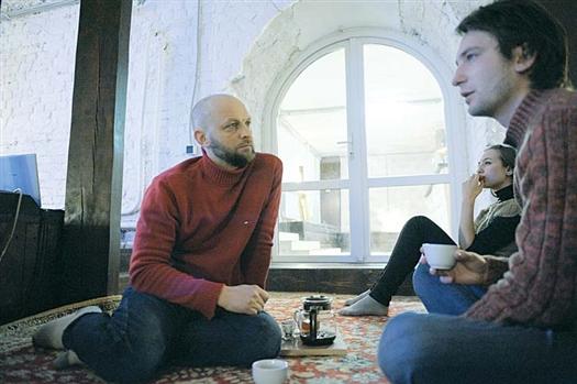 Один из учредителей, Вячеслав Вершинин (слева), почти каждый вечер проводит в чайной