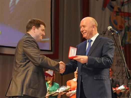 Николай Меркушкин вручил лучшему учителю региона Алексею Фоломкину ключи от Lada Kalina