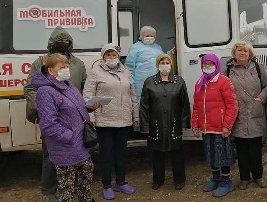 Жителей правого берега Волги вакцинируют от COVID-19 в передвижном ФАПе