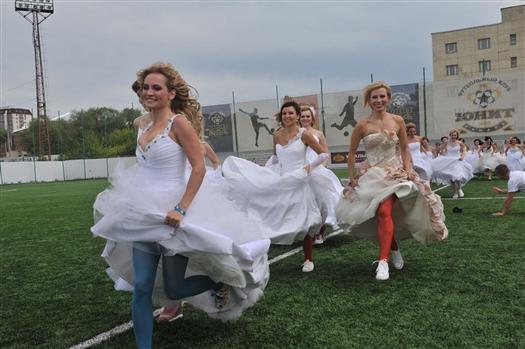 """Через весь город с криками """"сегодня нам можно все"""" пронеслось почти полсотни невест."""