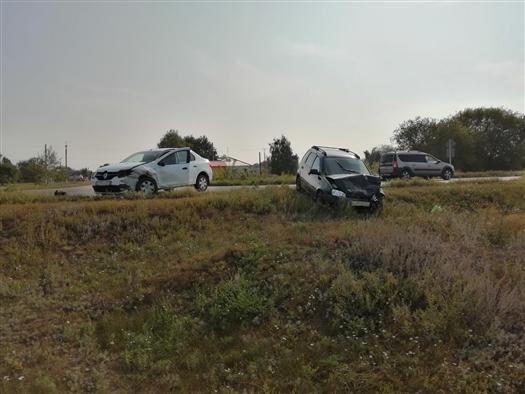 Двое водителей пострадали при столкновении Lada Kalina и Renault в Самарской области
