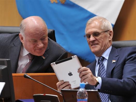 В четверг, 21 марта, в начале пленарного заседания спикер областного парламента Виктор Сазонов предупредил коллег о нововведениях. К обычным блокам для голосования на столах депутатов губернской думы в зале для заседаний были добавлены планшетные компьютеры