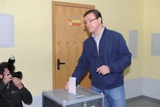 Дмитрий Азаров, получивший на выборах доверие почти 70% проголосовавших, продолжает выплачивать зарплату безработному экс-мэру Виктору Тархову