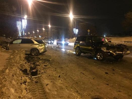Toyota и Mercedes столкнулись в Самаре из-за отвалившегося колеса