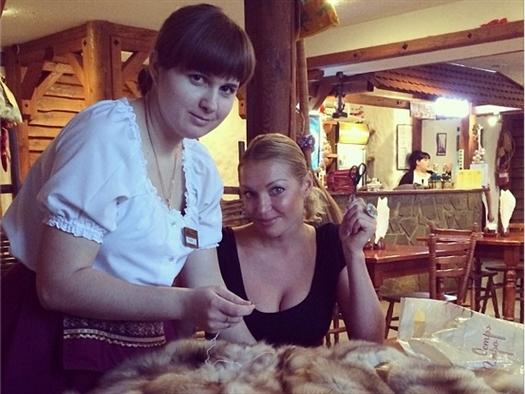 Балерина Анастасия Волочкова зашивала  шубу, пока ждала самолет в Курумоче