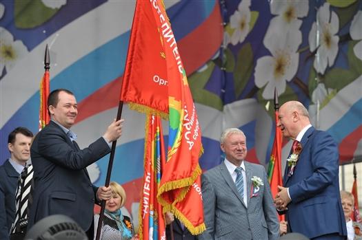 Николай Меркушкин вручил почетные знамена лучшим трудовым коллективам региона
