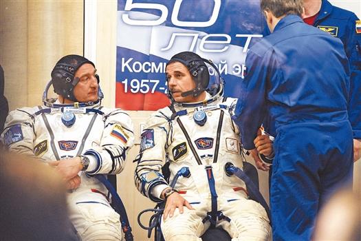 Космонавт Михаил Корниенко (в центре) перед стартом.