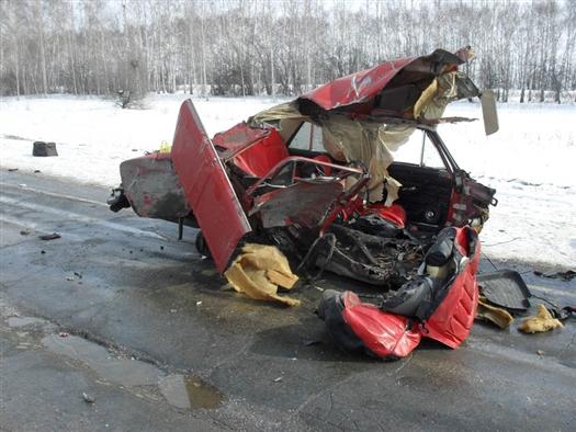 После столкновения с фурой ВАЗ-21061 буквально разорвало надвое