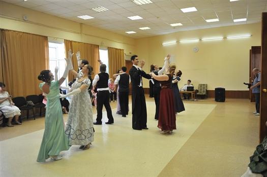 Около двух часов дня в центре социализации молодежи почти сто человек из числа самарской активной молодежи уже кружились в танце