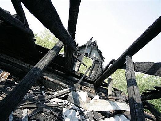 На пожарище нашли трупы с ножевыми ранениями