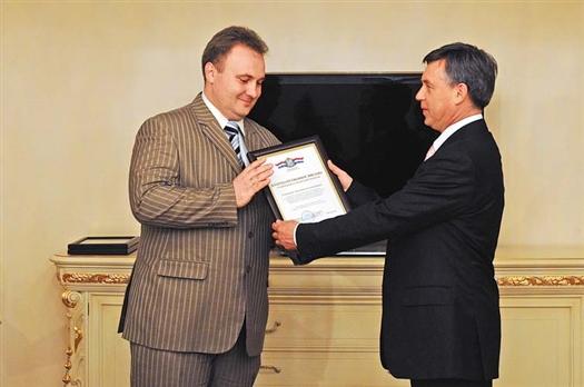Министр Павел Донской (справа) вручил строителям грамоты и благодарности губернатора Самарской области