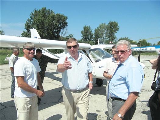 Депутаты побывали на аэродроме в Бобровке, который весной был передан в ведение ДОСААФ