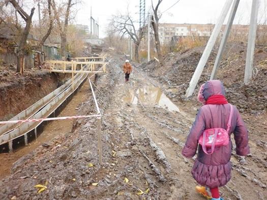Путь в школу и на работу для местных жителей каждый день превращается в полосу препятствий.