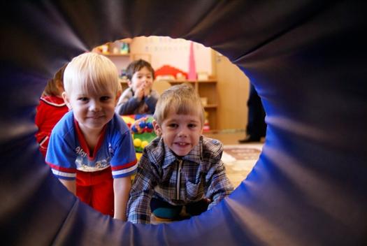 Онищенко выражает обеспокоенность тем, что детские сады в России переполнены, а санитарно-эпидемиологическая обстановка в них неудовлетворительная.