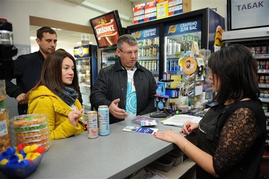 """Главный пивовар """"Балтики"""" вместе с волонтерами посетил торговые точки города и провел беседы с продавцами и покупателями"""