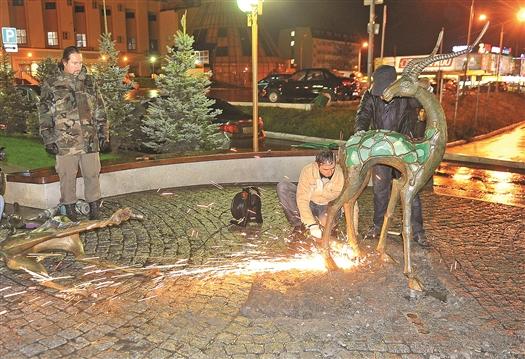 """Представители """"МегаФона"""" самостоятельно демонтируют скульптуры, чтобы обеспечить их сохранность и безопасность"""