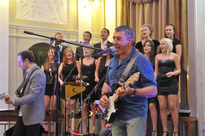 Группа D'Black во главе с известным бизнесменом спела с хором студентов