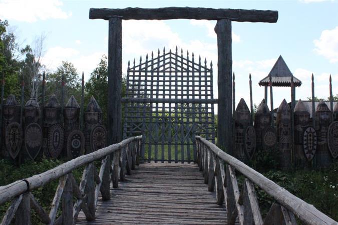 Вход в поселение охраняют 33 сказочных витязя